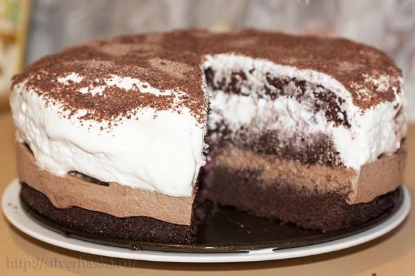 shokoladnyy-tort-s-vishney-i-vzbitymi-slivkami